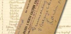Ausstellungssujet: Schriftzug und Zugticket auf den Namen Gruenschlag