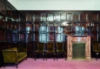 Farbphotographie: historisches Speisezimmer, Wandvertäfelung, Kamin, Sessel