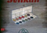 Farbphotographie: auf Tor gemalte Wasserfarbenbox und Schriftzug