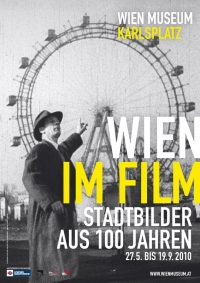 Schwarz-Weiß-Portraitphotographie: Mann zeigt auf Riesenrad
