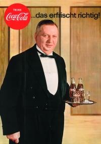 Plakat: Kellner mit zwei Flaschen Cola und zwei Gläsern auf einem Tablett