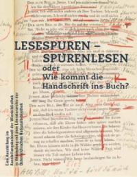 Ausstellungssujet: schwarze Schrift, im Hintergrund gedruckte Buchseite mit zahlreichen handschriftlichen Anmerkungen in roter Farbe