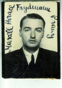 Schwarz-Weiß-Photographie: Passbild eines jungen Mannes, oben um den Kopf herum handschriftliche Unterschrift