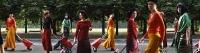 Farbphotographie: zehn Frauen gehen den Ring entlang