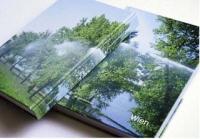 zwei arrangierte Bücher, Cover zeigt Park und Wasser