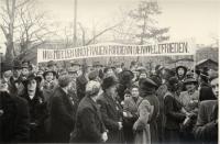 """Schwarz-Weiß-Photographie: zahlreiche Frauen mit Transparent """"Wir Mütter und Frauen Fordern den Weltfrieden"""""""