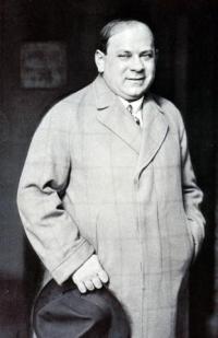Schwarz-Weiß-Photographie: Mann in Mantel