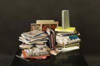 Stapel Bücher auf schwarzem Tisch