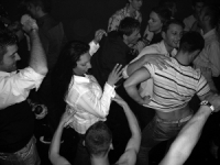 Schwarz-Weiß-Photographie: tanzende Männer und Frauen
