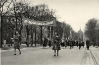 Schwarz-Weiß-Photographie: Aufmarsch von Frauen auf dem Ring in Wien