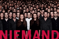 """Farbphotographie: Menschenmenge, die sich aus drei mehrfach gezeigten Menschen zusammensetzt, großer roter Schriftzug """"Niemand"""" im Vordergrund"""