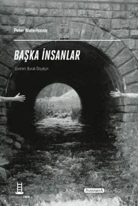 schwarz-weiß Fotografie von zwei Händen, die sich zu erreichen versuchen, im Hintergrund sieht man einen Tunneldurchgang