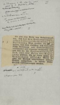 ein auf weißes Papier geklebter Zeitungsartikel mit handschriftlichen Anmerkungen