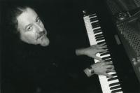 schwarz-weiß Fotografie von Fritz Pauer am Klavier